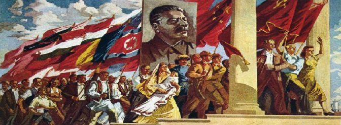 Cartaz soviético rende homenagens à Stálin e exalta as bandeiras diversas de várias pátrias socialsitas ou de democracia popular.