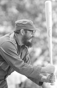 Fidel jogando beisebol.