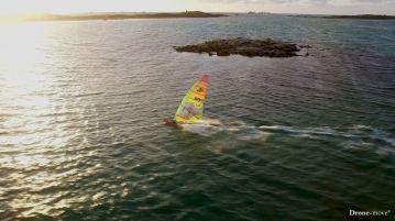 Le windsurf de Damien LE GUEN dans le soleil couchant