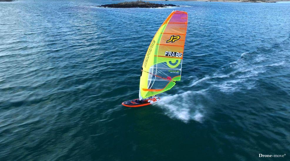 La voile multicolore du windsurf de Damien LE GUEN
