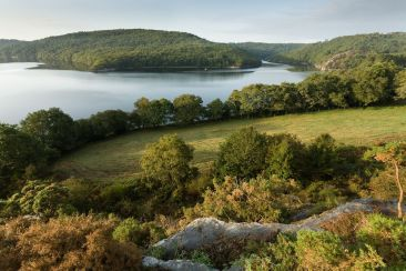 Un lac qui ne demande qu'à être exploré avec une excursion en Bretagne !