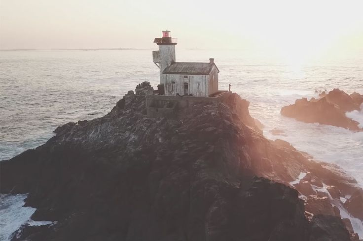 Il passe une nuit dans le phare hanté de Tévennec
