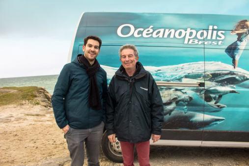 Evan de Bretagne et Sami Hassani devant le camion de transport d'Océanopolis.