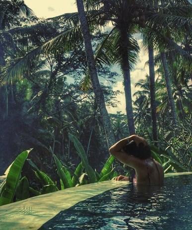 Une piscine dans la jungle à Bali