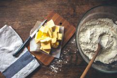Ensuite, il faut couper le beurre pour faciliter le pétrissage !