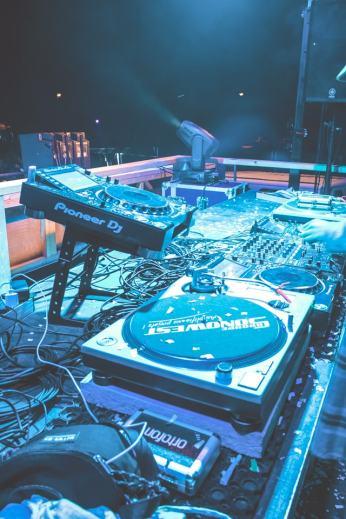 On ne lésine pas sur l'équipement, les artistes du Seanapse Festival vont exploser !