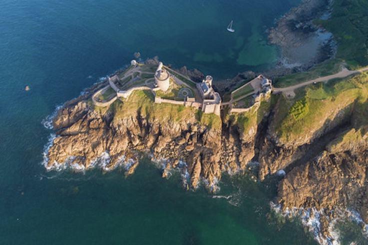 Les falaises bretonnes filmées par un drone