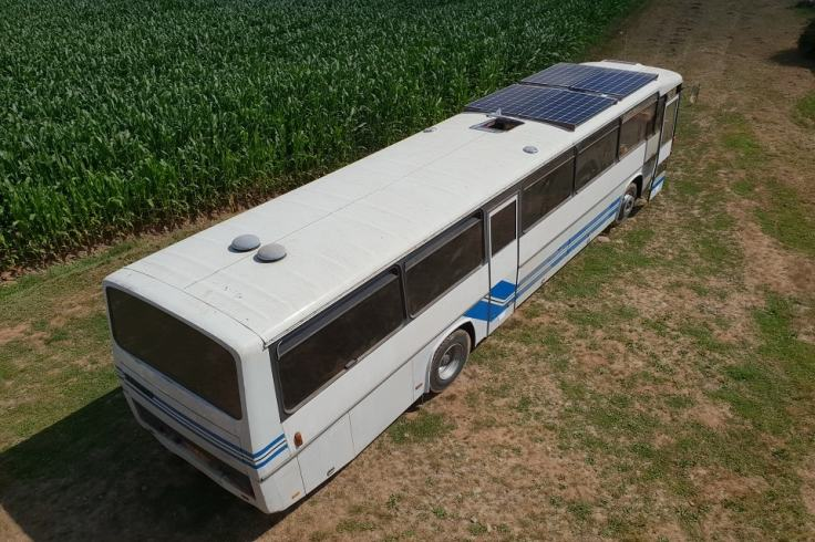 Une auberge dans un bus scolaire