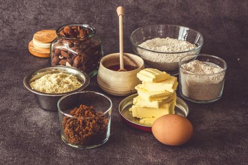 Tous les ingrédients sont réunis ici pour la recette de biscuits au miel et à l'amande.