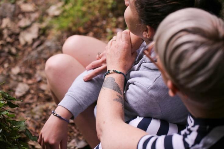 Mère qui enlace son fils pendant une balade champêtre