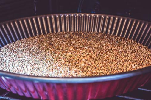 Torréfiées, les graines de sarrasin vont dévoiler tous leurs arômes.
