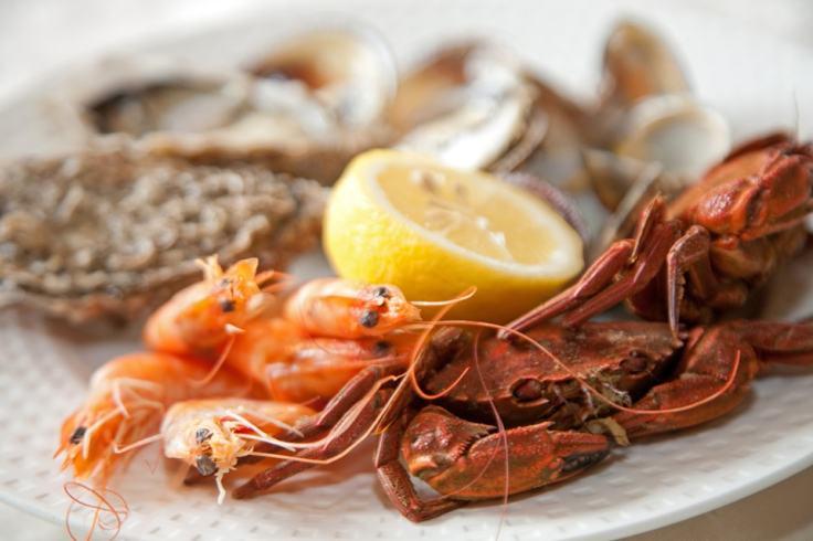 Fruits de mer et citron, prêts à déguster