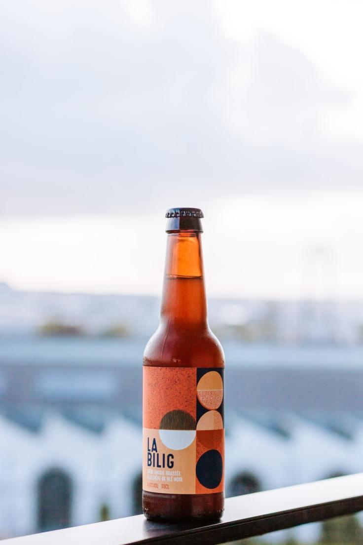 Bière artisanale bretonne posée devant les Capucins à Brest