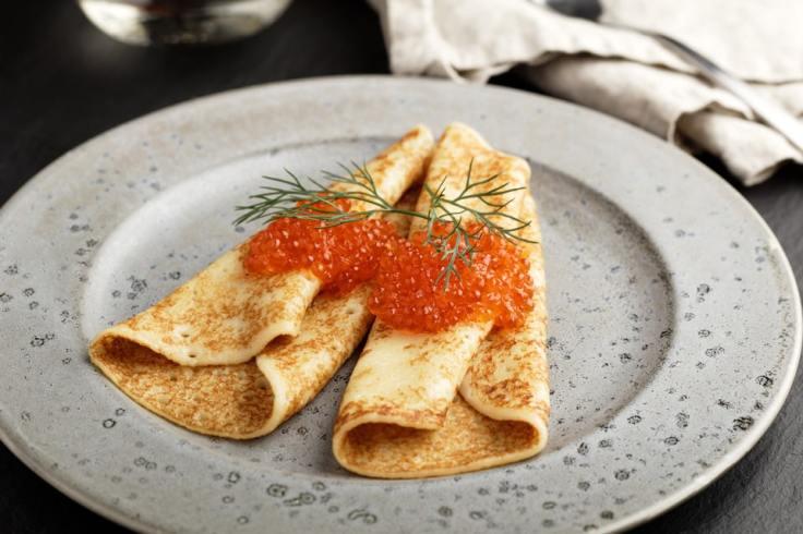 Deux blinis avec des œufs de saumon ou de lompte et un brin d'aneth.