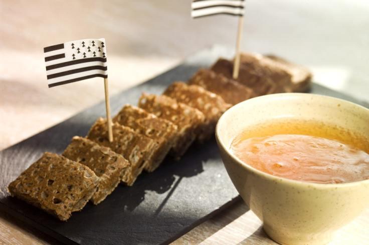 Galettes de sarrasin avec une bolée de cidre et un petit drapeau breton en papier