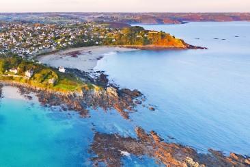 Photo aérienne de la côte bretonne à Locquirec
