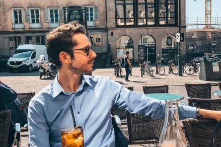 Jeune homme à une terrasse de bistrot à Rennes.