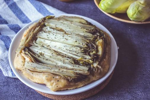 Tarte tatin d'endives, chèvre et miel, cuite et à déguster.