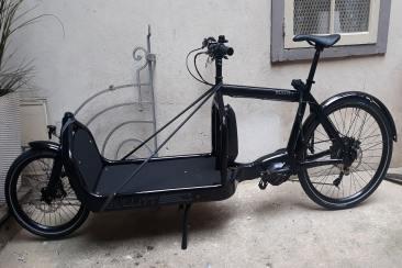 Vélo cargo adossé contre un mur