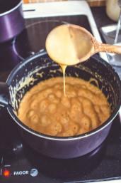 Caramel au beurre salé qui prend forme dans un récipient
