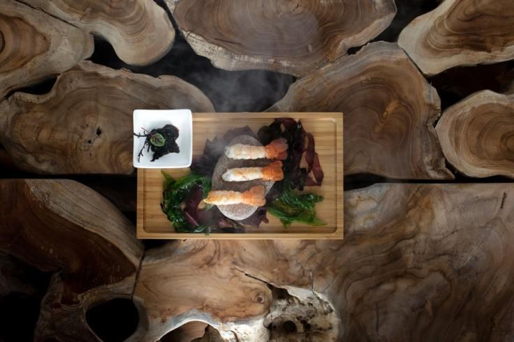 Assiette diététique de langoustines avec des algues sur fond boisé