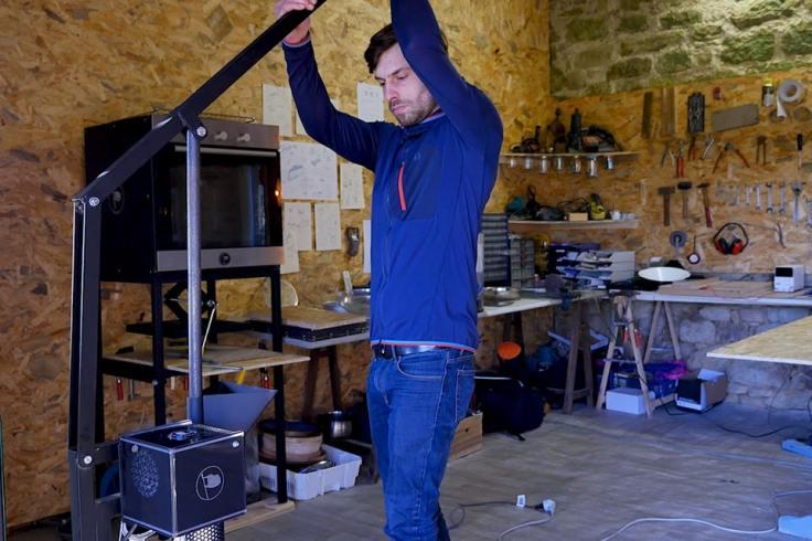 Nicolas Voisard travaillant sur un machine à l'atelier Rehab