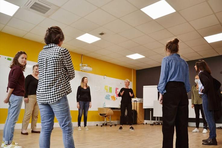 Des femmes en cercle lors d'une formation chez Les Nouvelles Oratrices