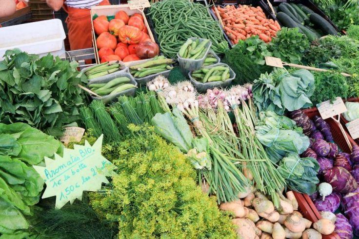 Des légumes verts sont étalés sur un stand de marché