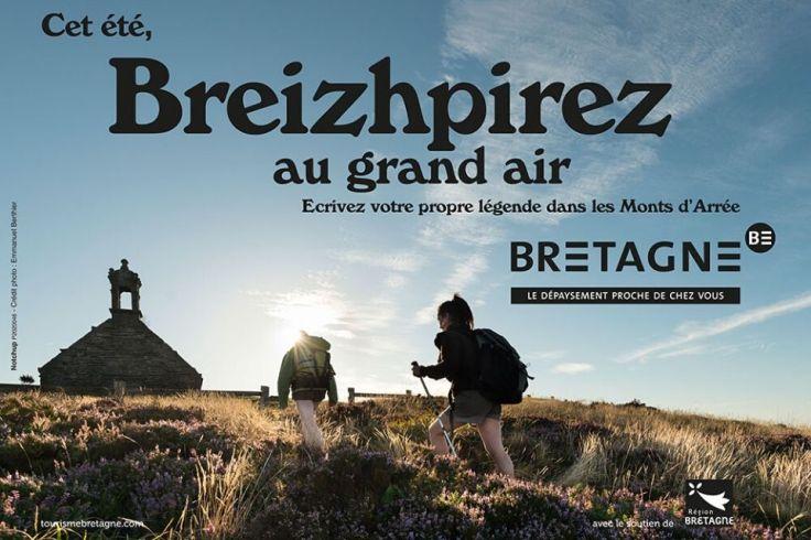 Deux jeunes randonneurs qui montent le Menez Hom pendant les vacances d'été en Bretagne