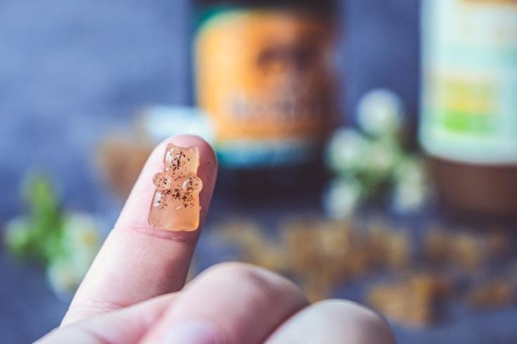 Bonbon de gélatine au cidre sur un doigt