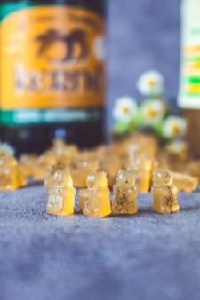 Bonbon de gélatine au cidre et bouteille en fond