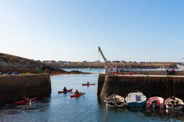 Des kayaks à l'entrée du port d'Ouessant