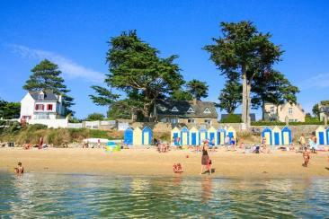 Des cabanes de plage colorées