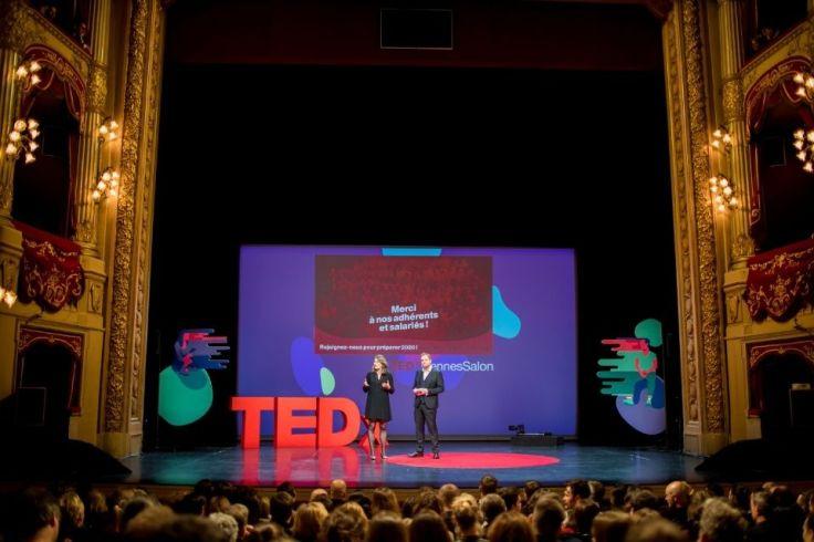 Scène du TEDxRennes 2019 avec deux présentateurs et un public en face