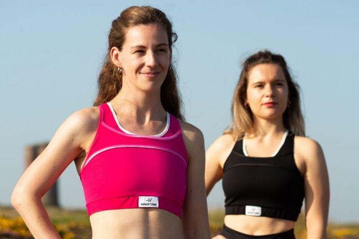 Deux athlètes portent les brassières Marathona