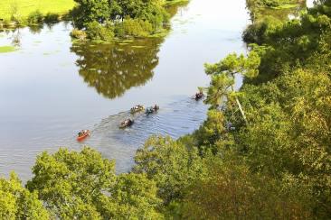 Des personnes qui font du canoë aux environs de Redon