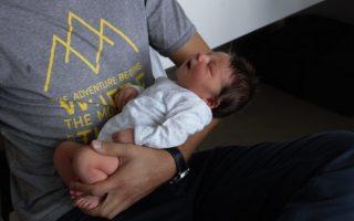 porter un enfant dans ses bras: un chemin vers l'autonomie