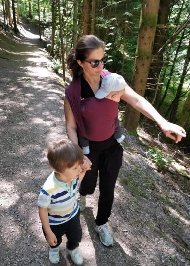 porter bébé en écharpe pour aller se promener tout en s'occupant de son aîné.