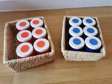 Recycler des objets pour faire des boites à sons faites maison. Elles sont rangées dans deux boites. Un matériel pédagogique Montessori.