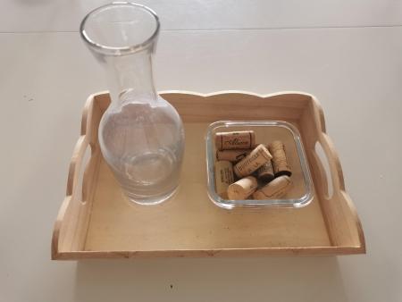 Installez un contenant rempli de bouchons en liège et un autre que l'enfant pourra remplir.