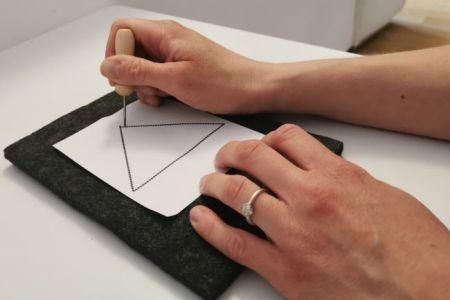 Le poinçonnage; un exercice de préparation à l'écriture et à la calligraphie.