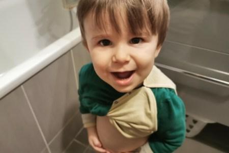 changer la couche d'un bébé debout peut être une bonne solution pour palier à son besoin de mouvement.