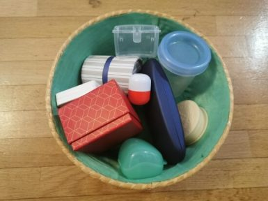 Recycler des objets pour faire une activité pour enfants.