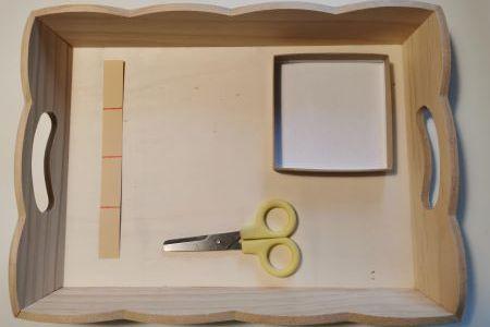 Le plateau de vie pratique Montessori pour couper du papier.