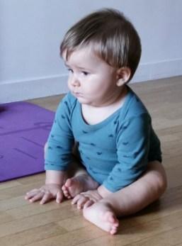 Selon Emmi Pikler, il est nécessaire que l'enfant soit libre de ses mouvements pour franchir seul chaque étape de son développement.