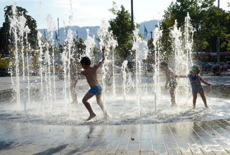 6 idées de jeu d'eau d'extérieur à faire avec les enfants.