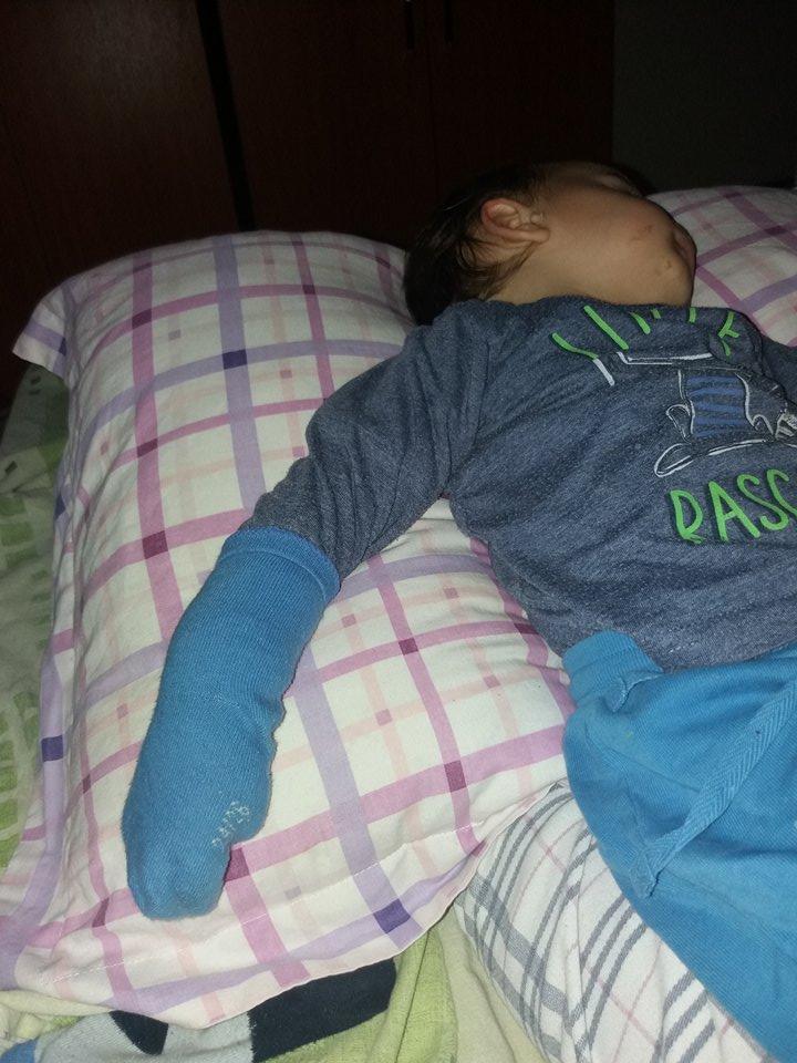 Copilul meu doarme cu șosete pe mâini. E grav? - Aventuri de mămică. Episodul 3