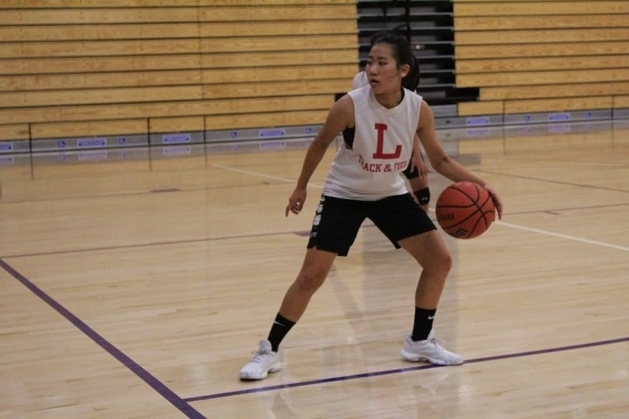 Lindsey+Yee%2C+a+freshman+on+the+junior+varsity+team%2C+practices+dribbling+the+ball.