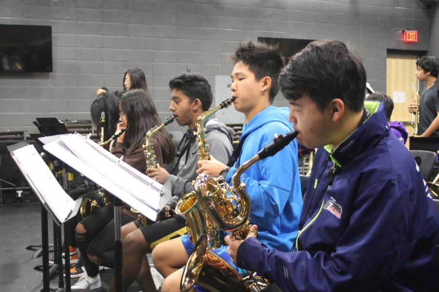 Within+the+front+row+of+saxophones%2C+alto+saxophonists+and+sophomores+Matthew+Varughese+and+Kevin+Du+and+baritone+saxophonist+freshman+Garrett+Lee+play+soulful+blues+during+rehearsal+in+time+with+the+rhythm+and+brass+sections.
