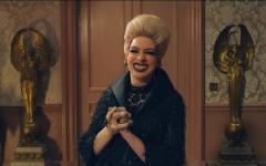 Anne Hathaway stars as the evil Grand High Witch. In Zemeckis' adaptation, witches have bald heads, no toes and three knobbly, bird-like claws on each hand.